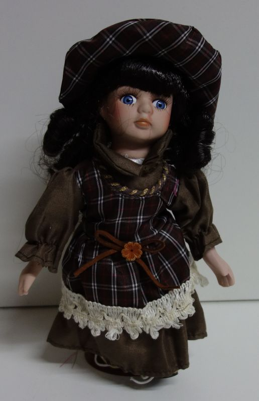 Porcelánová panenka Majda - 22 cm (025196)