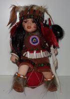 Porcelánový Indián  sedicí na bubnu (0420236)