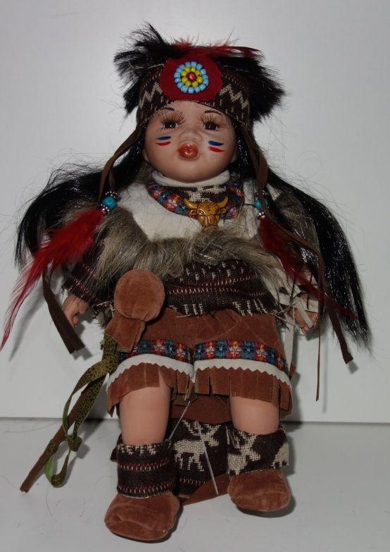 Porcelánový Indián sedicí na bubnu (0420238)