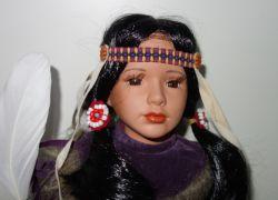 Porcelánový Indián ve stylových šatech (0420233)