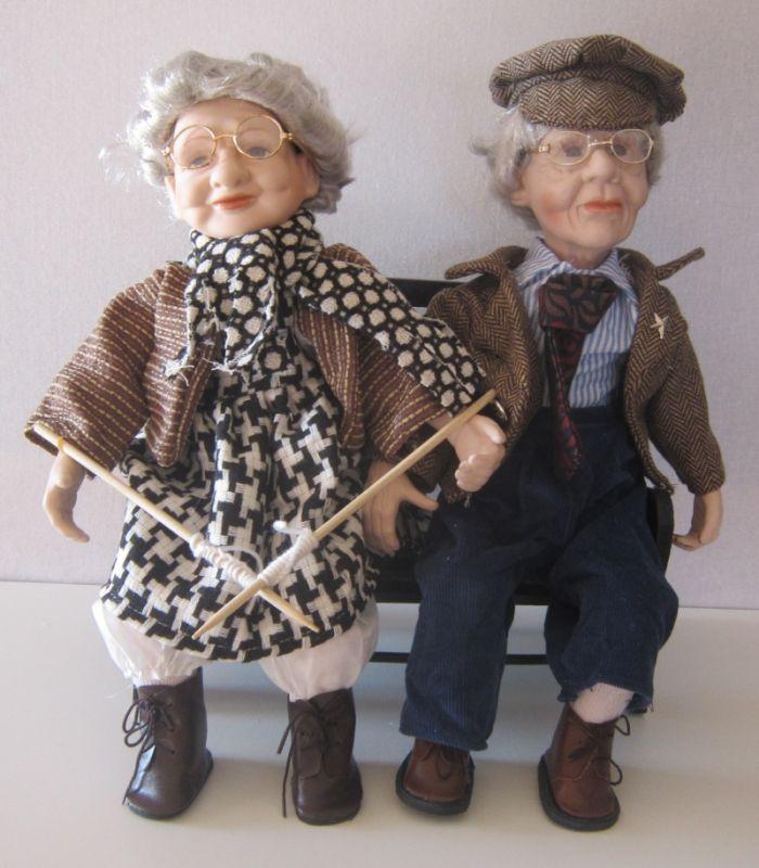 Babička s dědečkem sedící na lavičce - 35 cm (035001)
