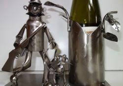 Kovový stojan na víno. Myslivec s flintou 099080